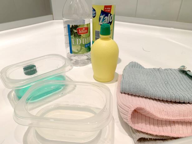 HJEMMEBLANDING: Vi blandet en kopp med sitron og vann (1:2) og en kopp med sitron og zalo (1:2). I tillegg har vi vasket en del av dusjen kun med mikrofiber og vann - for å se forskjellen. Foto: Kristin Sørdal