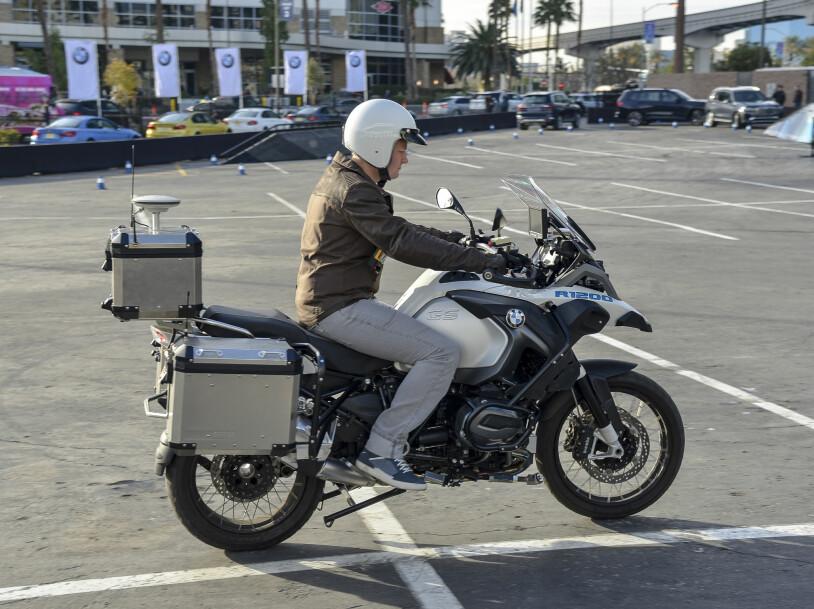 MED FØRER: Først ble motorsykkelen kjørt på helt vanlig vis ... Foto: Jamieson Pothecary