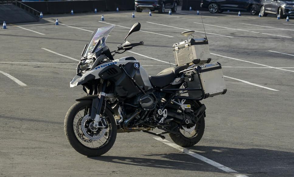 IKKE PHOTOSHOP: Ser du nøye, så kjører sykkelen av seg selv. Det er kun dekkene som har kontakt med bakken. Foto: Jamieson Pothecary