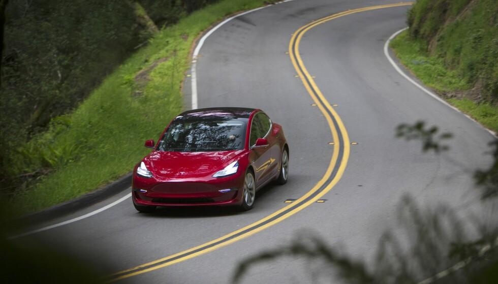 ETTERTRAKTET: Tesla Model 3 er den hittil rimeligste Tesla-modellen på markedet. Bilekspert mener imidlertid at Performance-utgaven ikke er verdt de 91.300 kronene ekstra. Foto: Simon Fox