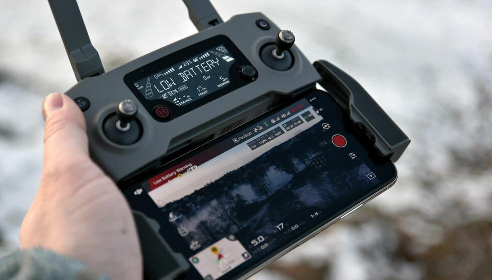 GODT MED INFORMASJON: Selv uten mobiltelefonen koblet til får du godt med informasjon i displayet på DJI-fjernkontrollen. Foto: Pål Joakim Pollen