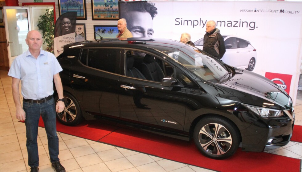 NORGESMESTER PÅ LAGER: Nissan Leaf var Norges mest solgte bil i fjor. Likevel har forhandlerne, som her hos John Olav Øverby hos Aasen Bil på Minnesund, biler på lager for rask levering. Foto: Rune Korsvoll