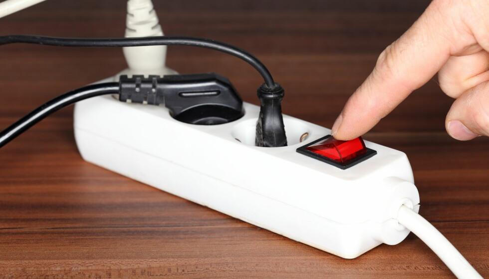PÅ- OG AV-TID: Snart vil alle spotpriskunder få avregnet strømforbruket sitt time for time. Da kan de spare mye på å lade elbiler og bruke strøm på rett tidspunkt. Foto: Shutterstock/NTB Scanpix.