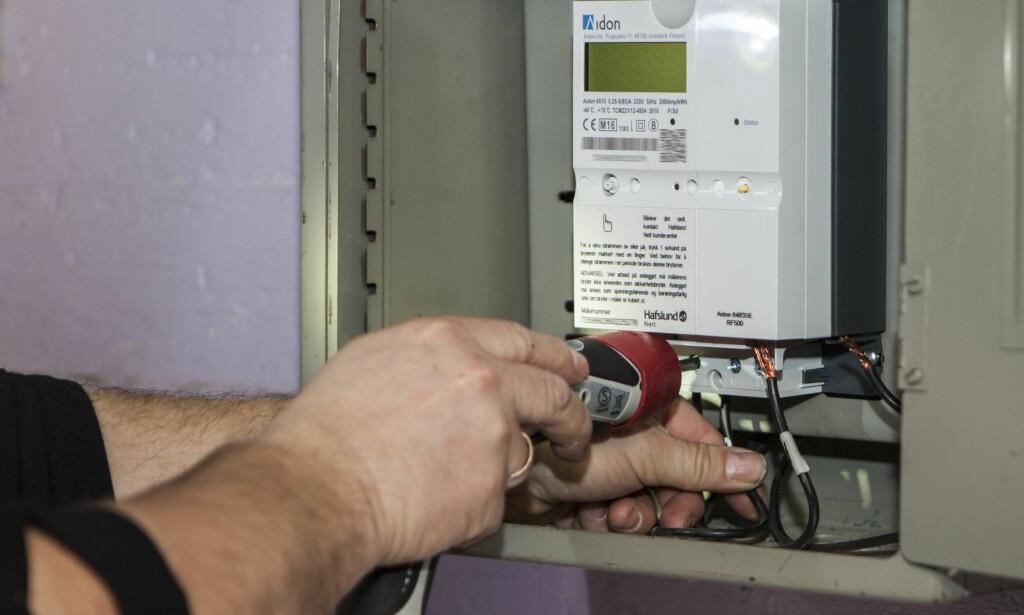 SMARTE STRØMMÅLERE: Nå har de fleste av Norges boliger fått smart strømmåler som leser av forbruket til den enkelte husholdning time for time. Dette gjør det lettere for strømselskapene å også ta betalt på timebasis, som anbefales av NVE. Foto: Paul Kleiven/NTB Scanpix.