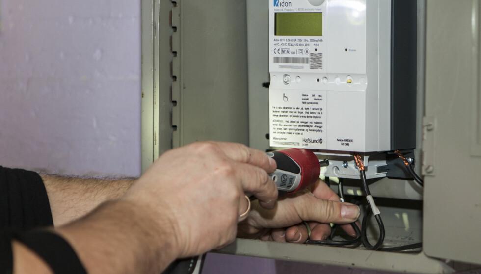 <strong>SMARTE STRØMMÅLERE:</strong> Nå har de fleste av Norges boliger fått smart strømmåler som leser av forbruket til den enkelte husholdning time for time. Dette gjør det lettere for strømselskapene å også ta betalt på timebasis, som anbefales av NVE. Foto: Paul Kleiven/NTB Scanpix.