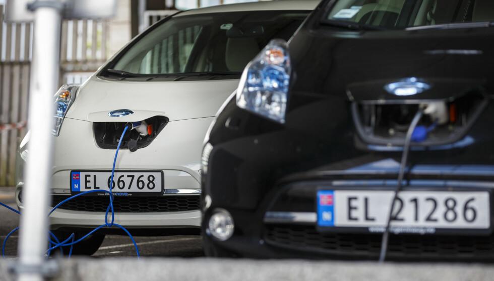 MER ENERGIEFFEKTIVT: Hva skjer når alle får elbil som må lades? Du vil bruke mer strøm, men totalkostnaden vil gå ned, mener Energi Norge. Samtidig øker belastningen på strømnettet. Foto: Heiko Junge/NTB Scanpix.