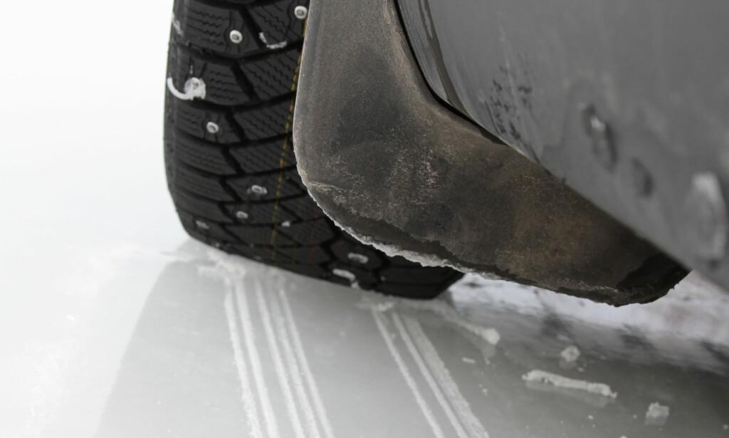 STOR FORSKJELL: Allerede fra 50 km/t har de beste piggdekkene betydelig kortere bremsestrekning enn de beste piggfrie, viser vår test. Foto: Rune Korsvoll