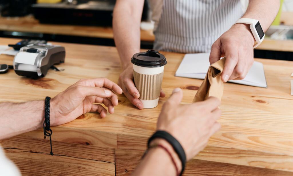 I FARTEN: Det er en del penger å spare på å fylle termokoppen og matboksen hjemme før du drar til jobb eller skole, sammenlignet med å kjøpe et rundstykke og americano på kafé. Foto: Shutterstock/NTB Scanpix.