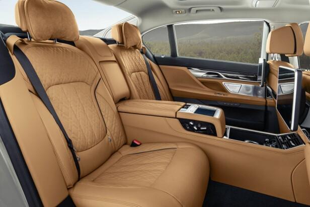 SALONG PÅ HJUL: Den lange versjonen av 7-serien tilbyr mye plass og luksus til baksetepassasjerene. Foto: BMW