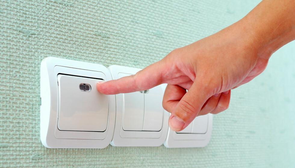 SPARE STRØM? Du trenger ikke sitte i mørket om du vil spare strøm. De årlige strømutgiftene til lys er nemlig svært lave. Foto: NTB Scanpix