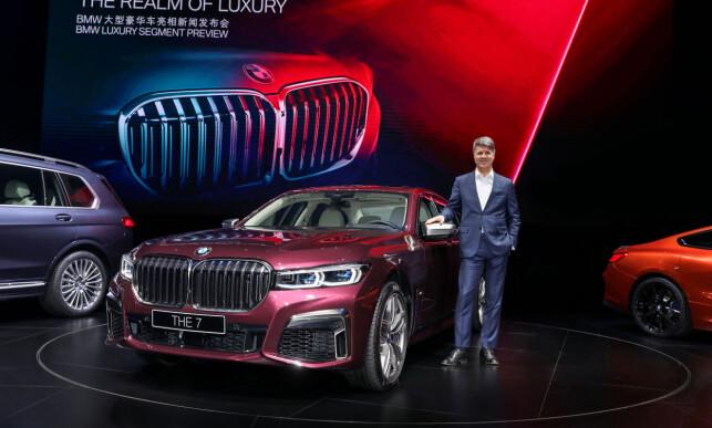 BRAUTENDE: Her viser BMW-sjef Harald Krüger stolt frem den fornyede 7-serie med ny og større front, under en lanseringsbegivenhet i Shanghai, Kina. Foto: BMW