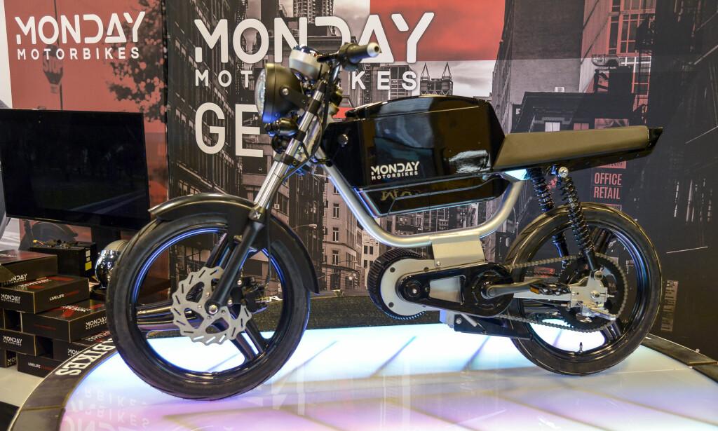 ELEKTRISK HIPSTER-SYKKEL: Den ser ut som en moped, men er faktisk en el-drevet motorsykkel. Vi har ikke helt klart å bestemme oss for om utseende faller i smak eller ei. Foto: Jamieson Pothecary