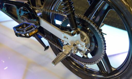 HEFTIG: Uten sperre, skal Monday Motorbike klare 70 km/t. Da kreves det litt sterke drivverk. Den må nok begrenses til 25 km/t fra fabrikken skal den bli godkjent som sykkel her i Norge. Foto: Jamieson Pothecary