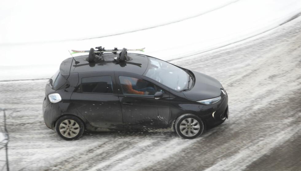 IKKE LOV: Mange elbiler, inkludert omtalte Renault Zoe, har ikke lov til å ha last på taket. Foto: Espen Stensrud