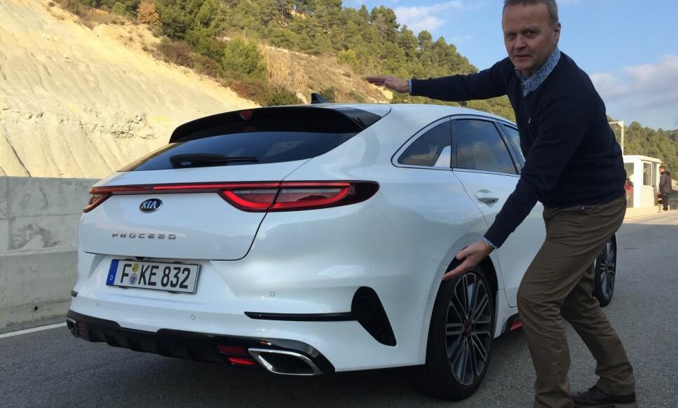 PORSCHE-LIK: Vi har en mistanke om at Kia har latt seg inspirere av Porsche Panamera når de har designet Kia ProCeed. Foto: Eirik Risåsen.