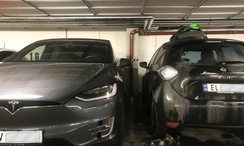 OVERRASKENDE? På grunn av måkevingedørene kan ikke den store SUV-en Tesla Model X (til venstre) bære vekt på taket. Men heller ikke lille Renault Zoe (til høyre) har ifølge typegodkjenningen lov til å bære takstativ. Her har noen montert et lite sugekopp-stativ, mot forskriftene. Foto: Øystein Fossum