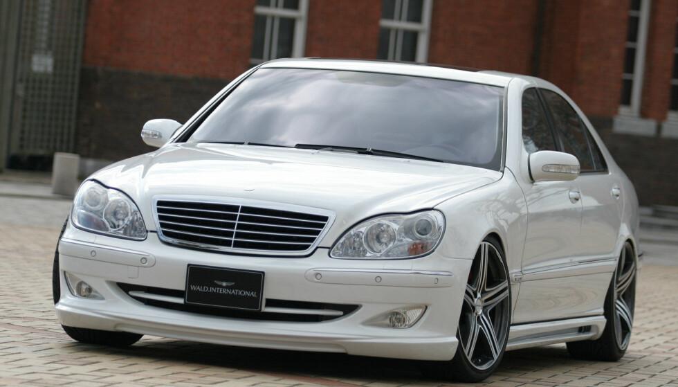 LUKSUSBIL PÅ FRI IMPORT: En 1998-modell Mercedes S-klasse vil bli 107 000 kroner billigere å importere når engangsavgiften forsvinner på biler eldre enn 20 år. Foto: Mercedes/Wald