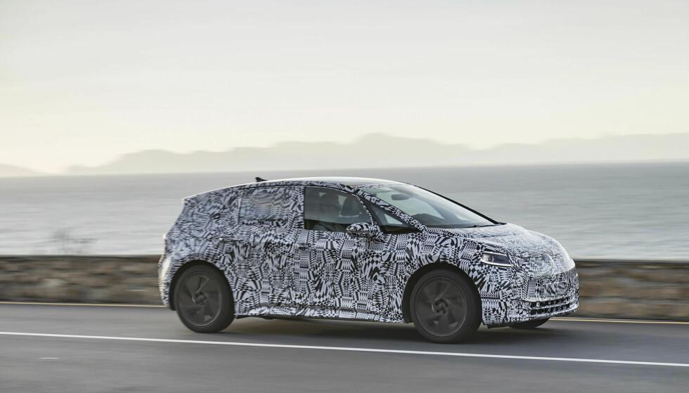 TAR KAMPEN MOT LEAF: Målet for VW er at I.D. skal bli Norges mest solgte bil neste år og vippe Nissan Leaf ned fra tronen. Her er en kamuflert bil under testing i Afrika. Foto: VW