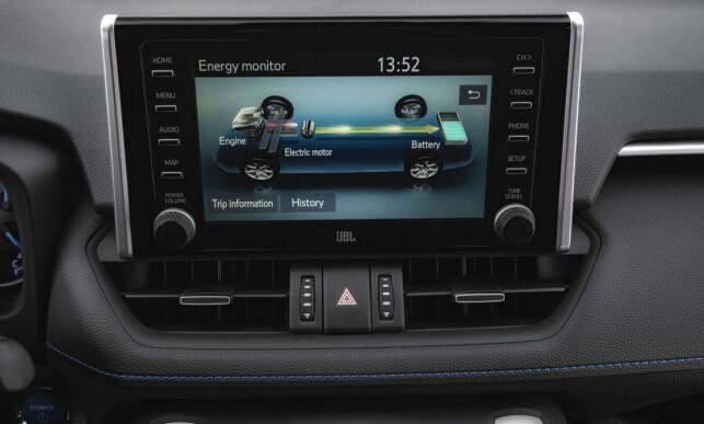KUN HYBRID: I noen markeder vil RAV4 også selges med kun bensinmotor, men de fleste - som i Norge - vil bare få hybriden. Skjermen som viser energiflyten i sanntid, er selvsagt på plass. Foto: Toyota