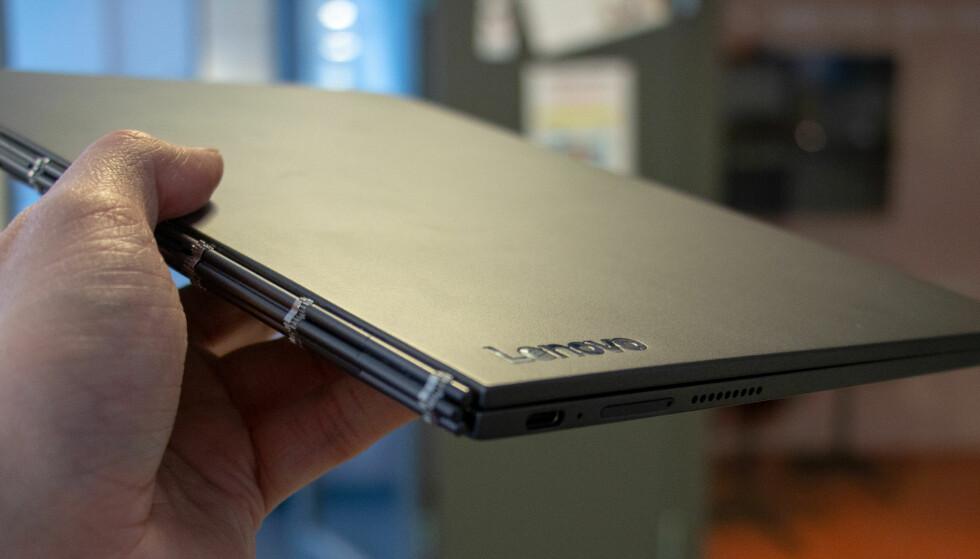 YOGA BOOK: To år brukte Lenovo på å lansere en ny Yoga Book. Mye er forbedret, men er det nok? Foto: Martin Kynningsrud Størbu