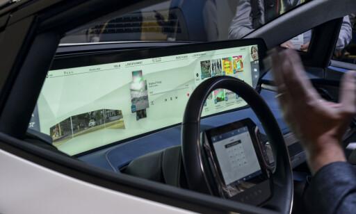 HÅNDARBEID: En 48 tommers skjerm styres av to mindre berøringsskjermer eller håndbevegelser. Foto: Jamieson Pothecary