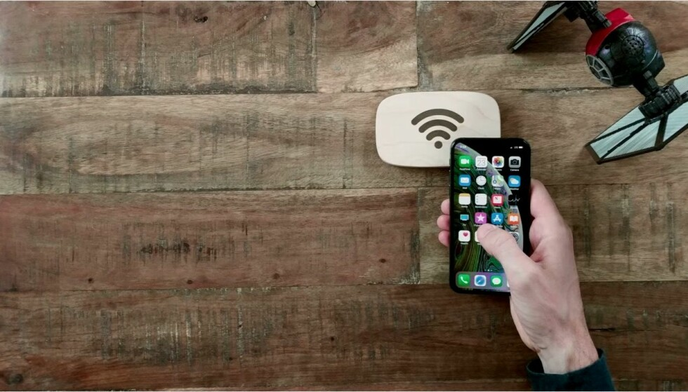 <strong>TÆPP FOR Å KOBLE PÅ:</strong> Når gjestene berører WiFi Porter, kobler telefonen seg til det trådløse nettet. Foto: Ten One design