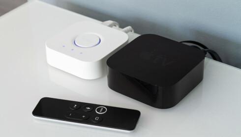 BRO: Det er selve basestasjonen til Philips Hue (t.v.) som sørger for HomeKit-støtten til Hue-pærene. Med det på plass kan du styre lyset med fjernkontrollen til Apple TV. Foto: Tron Høgvold