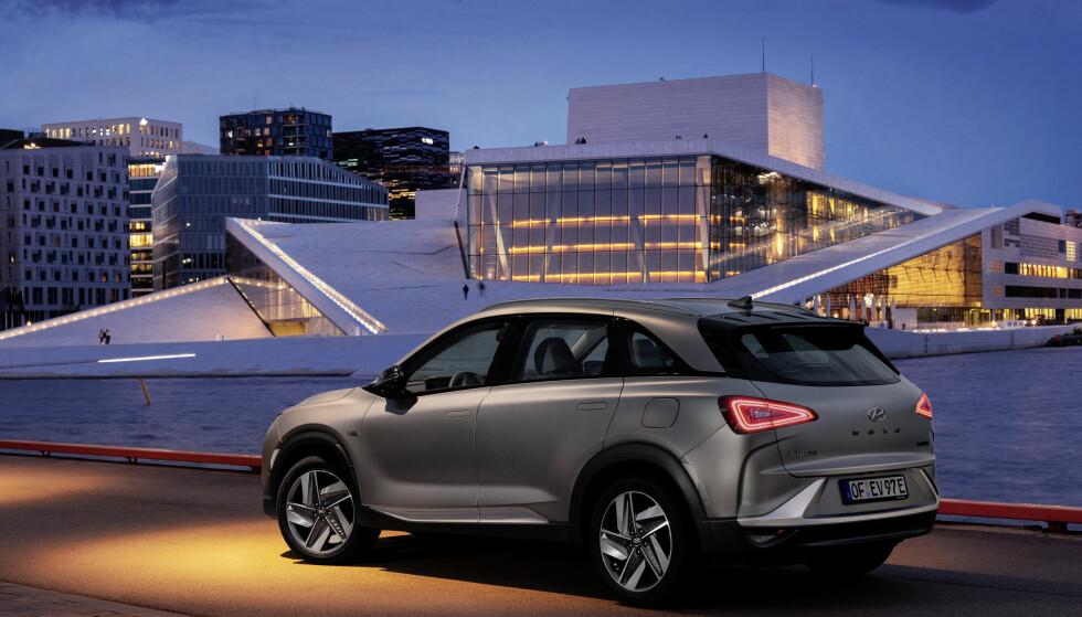 FØRST PÅ HYDROGEN: Hyundai Nexo er første bil med hydrogen som drivstoff, som kvalifiserer til Folksams «Bra valg»-liste. Med seg har den syv elbiler. Foto: Hyundai