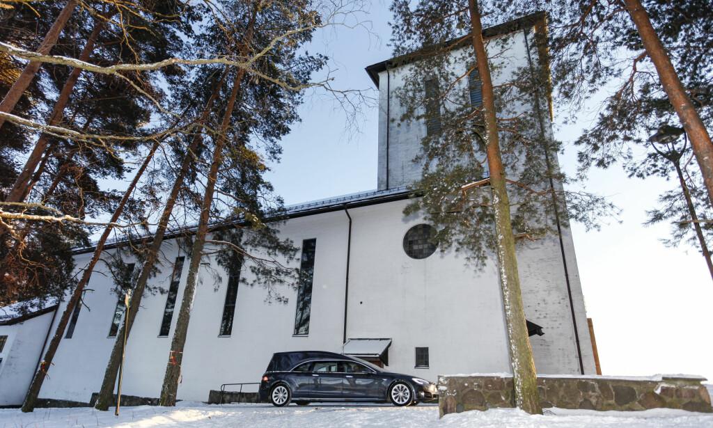 - FIN Å KJØRE: Tesla-begravelsesbilen er god å ratte, skal vi tro Odd Borgar Jølstad, som her kjører bilen utenfor Grefsen Kirke i Oslo. Foto: Øystein Fossum