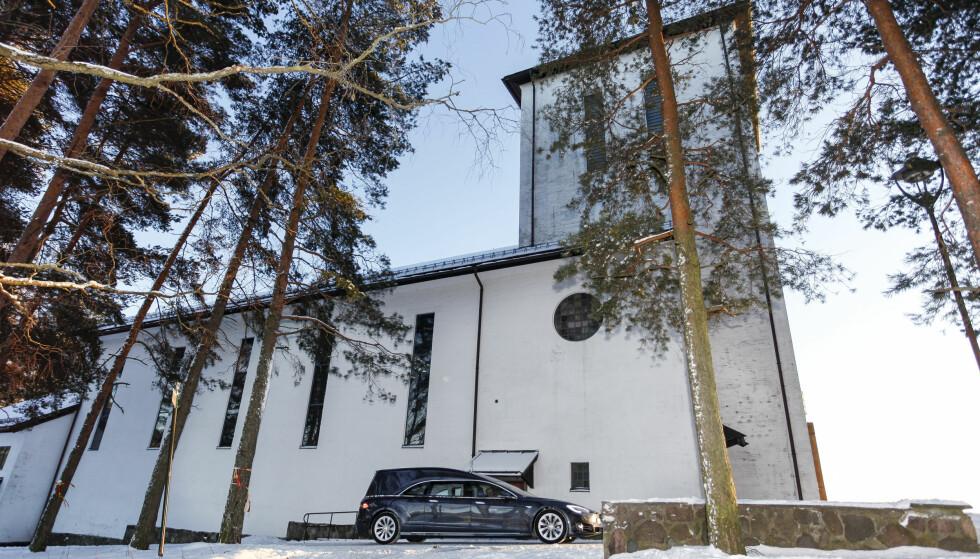 <strong>- FIN Å KJØRE:</strong> Tesla-begravelsesbilen er god å ratte, skal vi tro Odd Borgar Jølstad, som her kjører bilen utenfor Grefsen Kirke i Oslo. Foto: Øystein Fossum