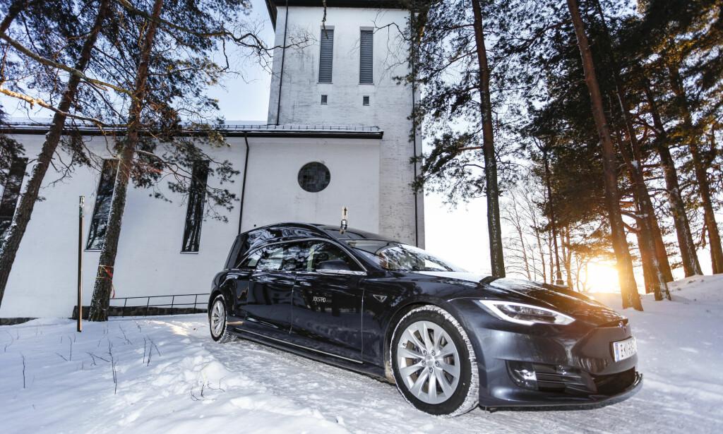 VINTER: Vi fotograferte Jølstad Begravelsesbyrås Tesla ved Grefsen kirke, i Oslo, på en kald vinterdag. Foto: Øystein Fossum