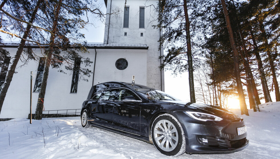 <strong>VINTER:</strong> Vi fotograferte Jølstad Begravelsesbyrås Tesla ved Grefsen kirke, i Oslo, på en kald vinterdag. Foto: Øystein Fossum