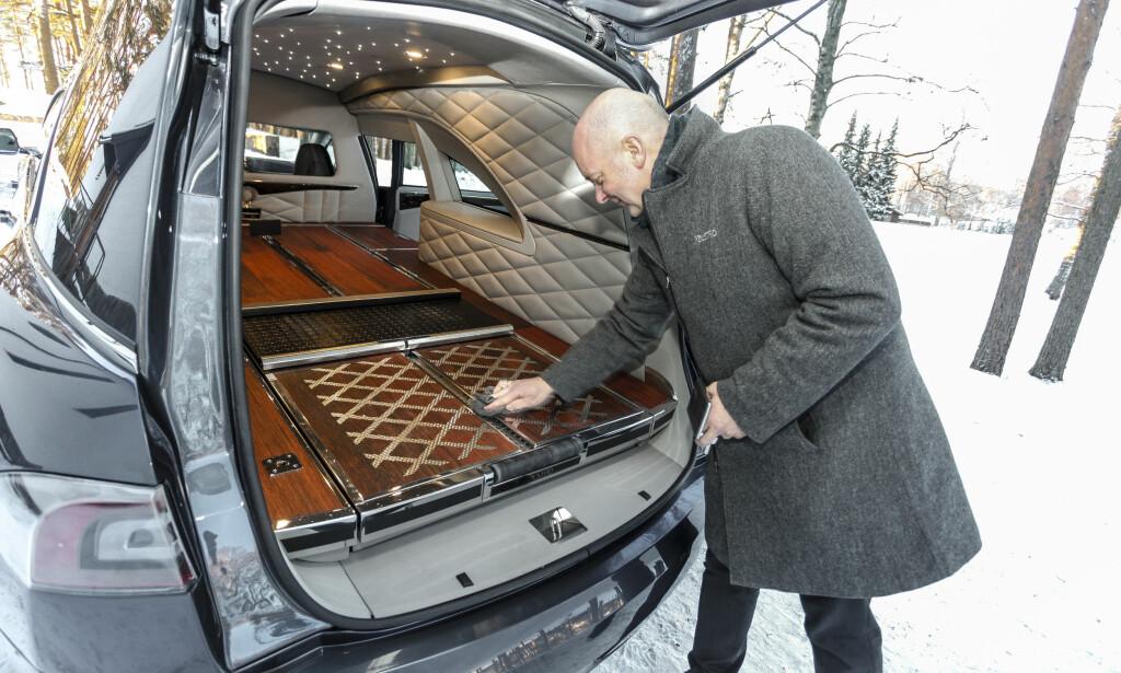 EKSTRAUTSTYR: Stjernehimmel og uttrekkbar bunn er noe av det du kan velge som tilvalg i en Tesla-begravelsesbil. Sammen med tilt er uttrekkbar bunn gode HMS-tiltak. Foto: Øystein Fossum