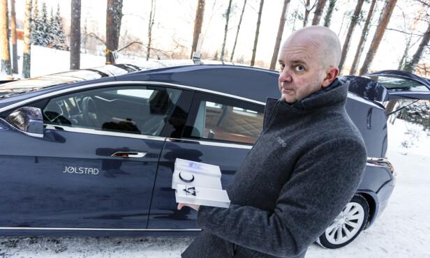 <strong>KLAR FOR ALLE:</strong> Korset står allerede på bilen, men om noen fra andre religioner skulle gå bort, er Jølstad og bilen klar for det også. Foto: Øystein Fossum