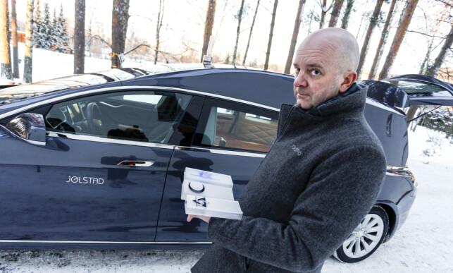 KLAR FOR ALLE: Korset står allerede på bilen, men om noen fra andre religioner skulle gå bort, er Jølstad og bilen klar for det også. Foto: Øystein Fossum