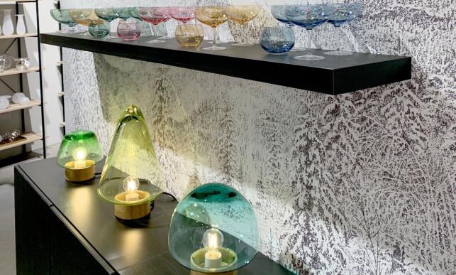 FARVET GLASS ER TILBAKE: Her fra utstillingen til Magnor. Foto: Kristin Sørdal
