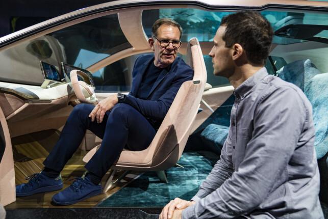 DESIGNSJEFEN I BMW DESIGN WORKS: Holger Hampf forklarer her for artikkelforfatteren at interiøret heller skal gjenspeile dine personlige preferanser - slik du har det hjemme. Foto: Enes Kucevic