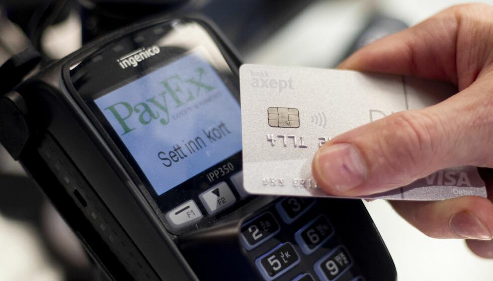 KOSTNAD PÅ KOSTNAD: Det koster deg hver gang du bruker bankkortet ditt, både i Norge og utlandet, samt hvis du tar ut penger i minibank. Derfor er det ikke dumt å sjekke renten og gebyrene på bankkontoen du får lønn på og bruker daglig, og bytte bank hvis du har mye å spare. Foto: Fredrik Hagen/NTB Scanpix.