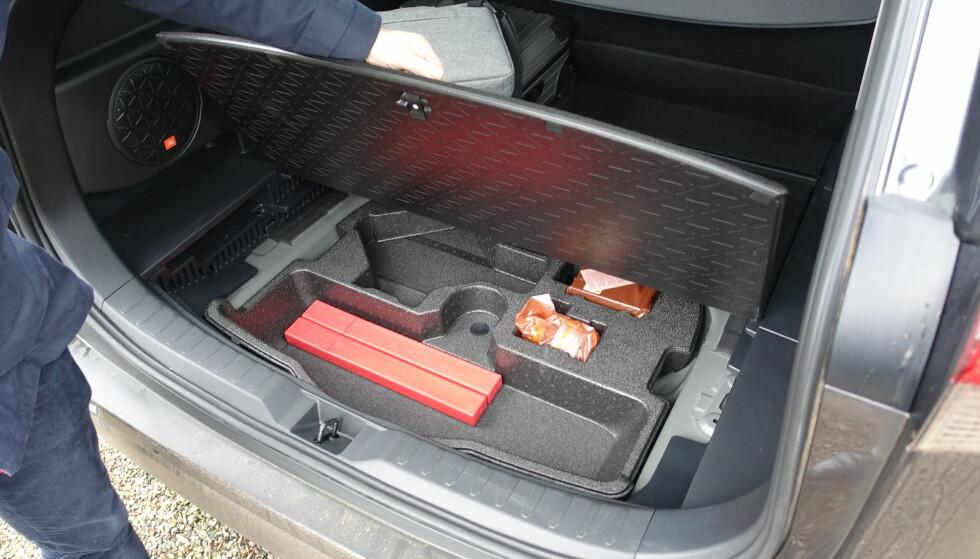 GOD PLASS: 580 liter gir plass til en god del ferieoppakning, og blir det snaut kan RAV4 dra henger: 800 kilo maks med forhjulsdrift og 1650 liter med firehjulsdrift. Foto: Knut Moberg
