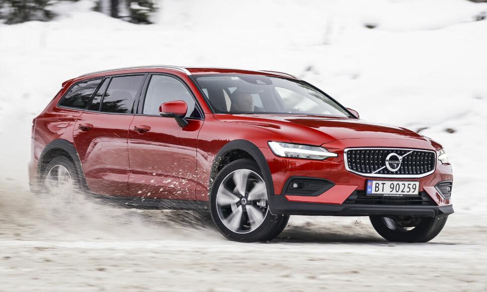 SMASHING: V60 CC ser helt fantastisk ut og kler faktisk godt sin ekstra høyde. Endelig er Volvo blitt ganske mye morsomme på vinterføre igjen også, selv om sikkerhetstankegangen hindrer dem fra å koble stabiliseringsprogrammet helt ut: Foto: Jamieson Pothecary.