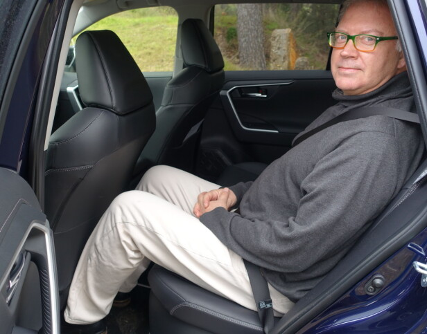 GODT MED PLASS: Også en bilskribent på 188 cm og nesten 100 kilo sitter godt bak selv med forsetet generøst justert for ham selv. Foto: Sven Furuly