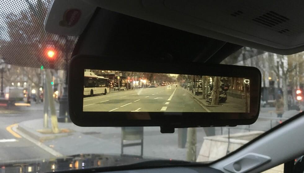 DIGITALT SPEIL: Om man ønsker det, kan ryggespeilet forvandles til en skjerm der man ser mer av det som foregår bak, via et høyt montert kamera bak, som favner bredt. Krever tilvenning da man i starten savner dybdevirkningen fra det vanlige speilet, men kan være praktisk hvis objekter eller personer hindrer sikten bakover fra innsiden. Foto: Knut Moberg