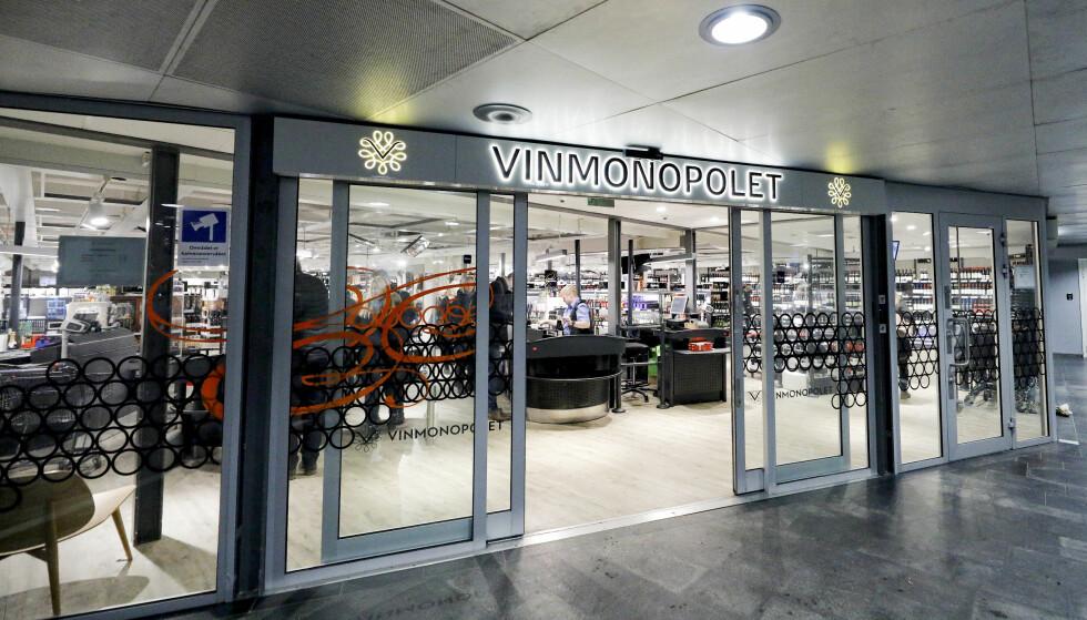 ÅPENT TIL 16: Regjeringen vil forskyve lørdagens åpningstider til Vinmonopolet med en time. Foto: NTB Scanpix