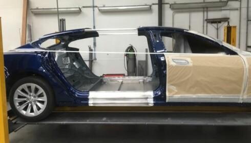 <strong>KAPPET I TO:</strong> Tesla Model S ble forlenget med 56 cm for å bli begravelsesbil. <br>Foto: Karmøy Bilsenter