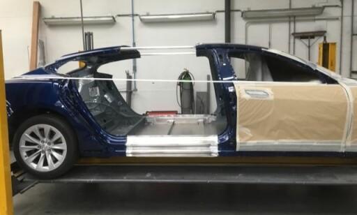 KAPPET I TO: Tesla Model S ble forlenget med 56 cm for å bli begravelsesbil. Foto: Karmøy Bilsenter