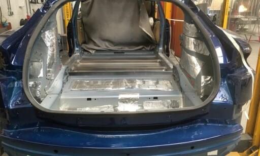 I ARBEID: Slik så begravelsesbilen ut før den nederlandske produsenten var ferdig. Foto: Karmøy Bilsenter