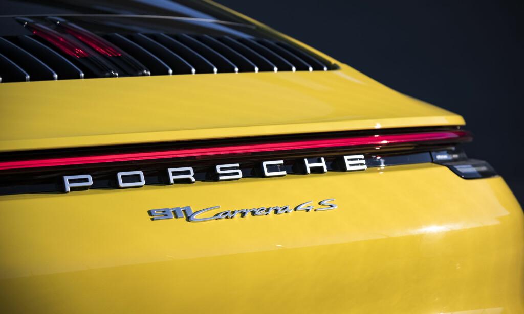 DET NYE FORMSPRÅKET: 911 har også fått den sorte stripa med rød helhetlig stripe på tvers. Foto: Porsche