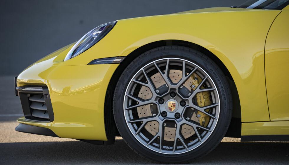 EKSTRA: Karbonkeramiske bremser illustreres med gule bremsekalippere. De trenger du ikke på Carrera, mener ekspertene. Foto: Porsche