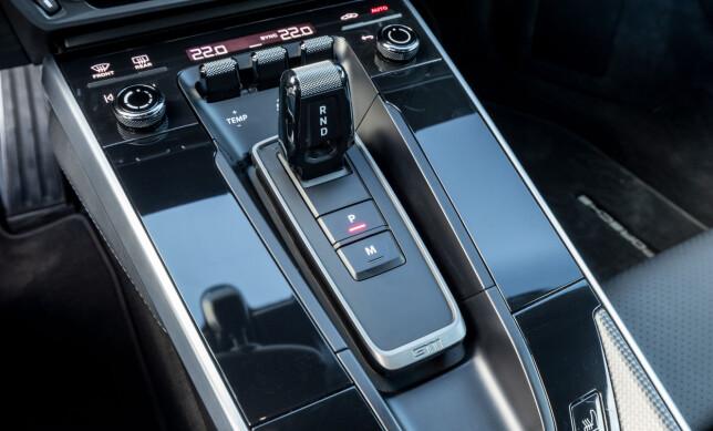 OVERSIKTLIG: Midkonsollen er nesten tom for knapper og girspaken ligner nå på en barbermaskin. Et lite trykk på M-knappen gir deg manuell kjøring med paddleshift. Foto: Porsche
