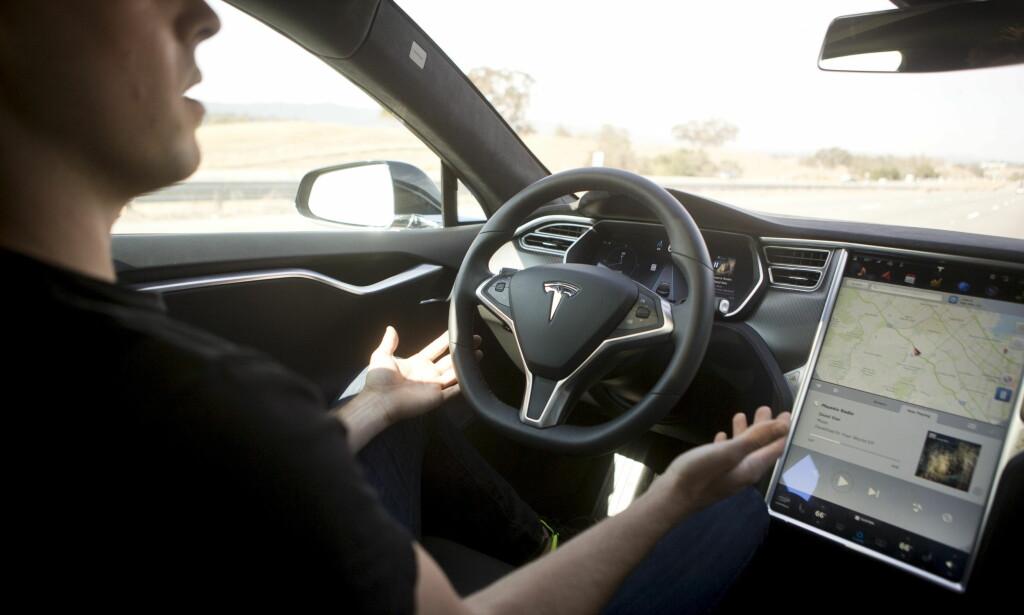MULIG TESLA-STANS: Autopilot og programvareoppdateringer kan føre til at Sverige innfører midlertidig salgsstans for Tesla-biler. Foto: Beck Diekenbach/Reuters